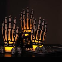 lampiony na Halloween – ręce szkieletora