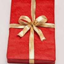 Pakowanie prezentu w papier ozdobny