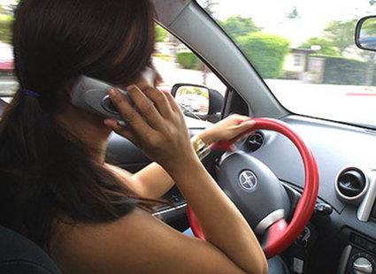 rozmowa przez telefon w czasie jazdy