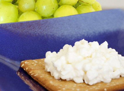 Krakersy pełnoziarniste, winogrona i serek wiejski