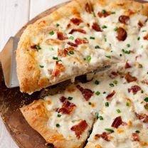 pizza z kurczakiem i sosem czosnkowym