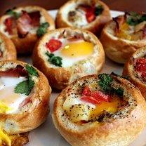 Jajka zapiekane w bułkach