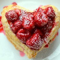 serca z ciasta francuskiego z malinami