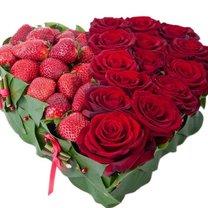 walentynkowe serce z róż i truskawek
