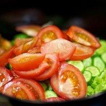 Sałatka z pomidora, ogórka i sałaty 3
