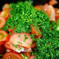 Sałatka z pomidora, ogórka i sałaty 4