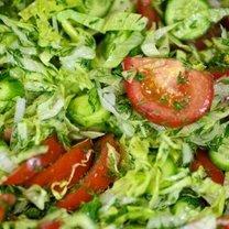 Sałatka z pomidora, ogórka i sałaty 5