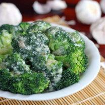 blanszowane brokuły w sosie czosnkowym