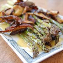 Szparagi z grzybami i sosem maślano-cytrynowym