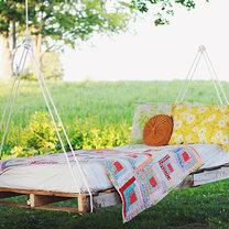 Łóżko-huśtawka do ogrodu z palet