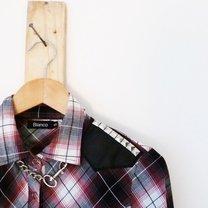 koszula z łączonych materiałów z ćwiekami