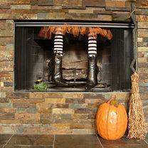 dekoracja kominka na Halloween - nogi czarownicy