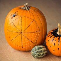 dynia na halloween z pajęczyną