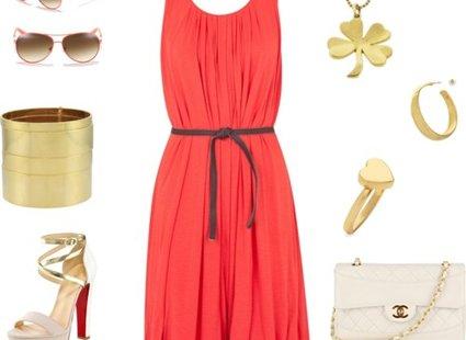 koralowa sukienka - złota biżuteria