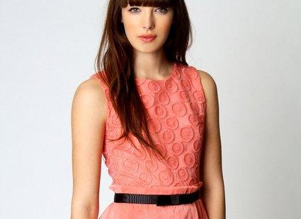koralowa sukienka - makijaż