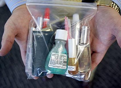 6b60a18c58e66 Jak spakować kosmetyki do bagażu podręcznego? - porada Tipy.pl