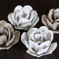 róże z wytłaczanek na jajka