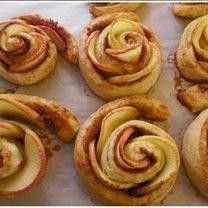 różyczki z ciasta francuskiego z jabłkami