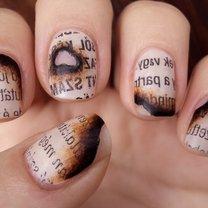 paznokcie - motyw przypalonej gazety/książki