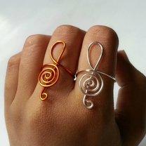 pierścionek w kształcie klucza wiolinowego