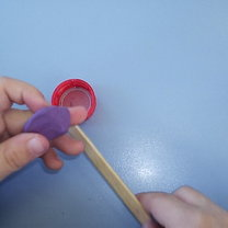 obklejanie patyczka plasteliną