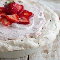 ciasto bezowe z truskawkami