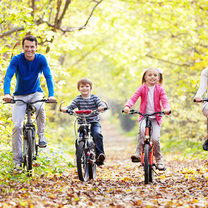 rodzina na rowerach