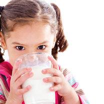 dziecko pijące mleko