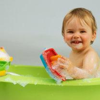 niemowlę w kąpieli