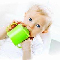 dziecko pijące z kubeczka