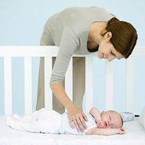 niemowlak w łóżeczku