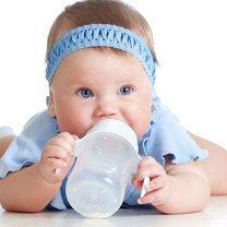 dziecko pije mleko z butelki