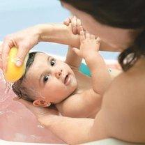 noworodek w kąpieli