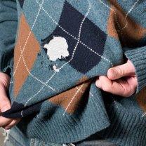 sweter zniszczony przez mole