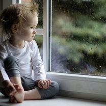 dziecko przy oknie