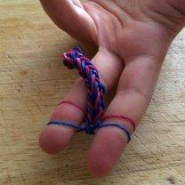 bransoletka z gumek na palcach