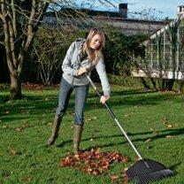 grabienie liści w ogrodzie
