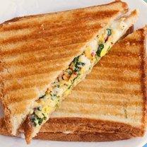 tost z jajkiem i szpinakiem