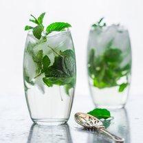 drink z wódką, miętą i syropem klonowym