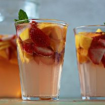 sangria z truskawkami i mango - krok 2