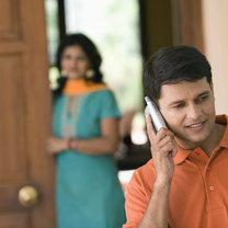 chłopak rozmawia przez telefon