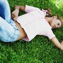 leżenie na trawie