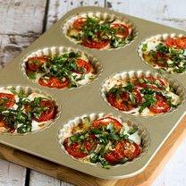 tartaletki z pomidorem i bazylią