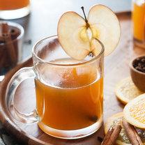 Jak zrobić rozgrzewający napój jabłkowo-cynamonowy?