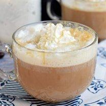 Kawa latte z karmelem