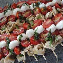 szaszłyki z torellini, mozzarelli i pomidorków - krok 5