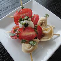 szaszłyki z torellini, mozzarelli i pomidorków - krok 6