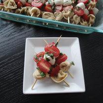 szaszłyki z torellini, mozzarelli i pomidorków koktajlowych
