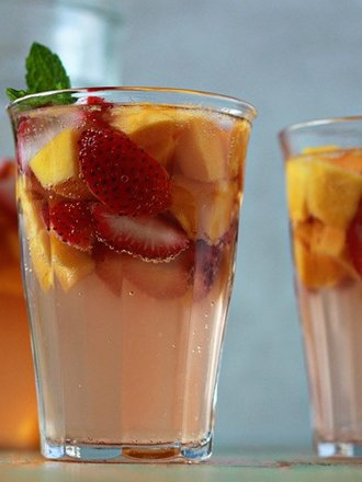 sangria z truskawkami i mango