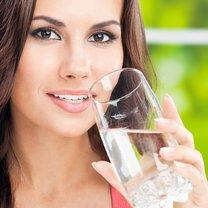 Zalety picia ciepłej wody